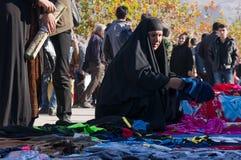Roupa de compra da mulher iraquiana com um traje tradicional Foto de Stock Royalty Free