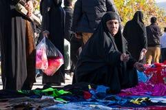 Roupa de compra da mulher iraquiana com um traje tradicional Imagem de Stock