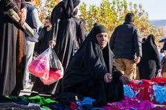 Roupa de compra da mulher iraquiana com um traje tradicional Fotografia de Stock