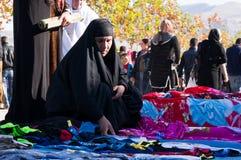 Roupa de compra da mulher iraquiana com um traje tradicional Imagem de Stock Royalty Free
