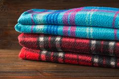 Roupa de forma do inverno com luvas do lenço e cobertura com fundo de madeira Fotos de Stock Royalty Free