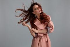 Roupa de Girl Wearing Fashionable do modelo de forma no estúdio estilo foto de stock royalty free