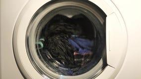 A roupa de lavagem da máquina de lavar fecha-se acima vídeos de arquivo