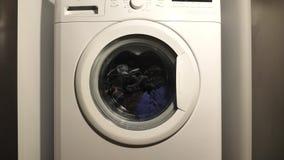 Roupa de lavagem da m?quina de lavar video estoque