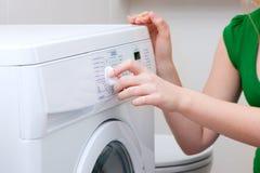 Roupa de lavagem da mulher com máquina Fotografia de Stock