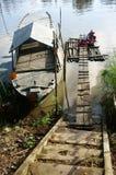 Roupa de lavagem dos povos no rio Fotos de Stock