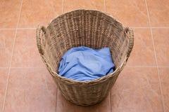 Roupa de lavagem na cesta de lavanderia fotografia de stock royalty free