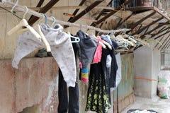 Roupa de secagem dos povos na rua do gato Imagem de Stock