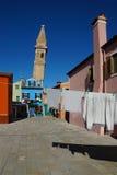 Roupa de secagem em um fundo de fachadas multi-coloridas do i Imagem de Stock
