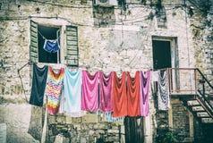 Roupa de secagem na frente da casa velha, filtro análogo foto de stock royalty free