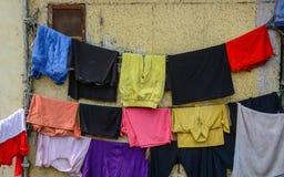 Roupa de secagem na rua em Amritsar, Índia Imagens de Stock