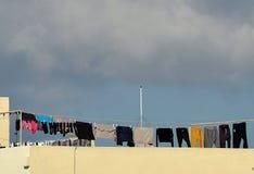 A roupa de secagem no dia ensolarado com fundo das nuvens, secagem tradicional veste o método em Malta, tradições maltesas Fotos de Stock Royalty Free