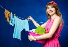Roupa de suspensão da dona de casa nova no clothesline Fotografia de Stock Royalty Free