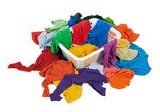 Roupa desarrumado brilhante em uma cesta de lavanderia Foto de Stock Royalty Free