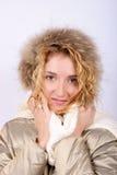 Roupa desgastando do inverno da mulher nova, loura fotografia de stock