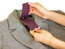 roupa, desgaste e conceito da forma - próximo acima da mão que guarda o pri fotos de stock
