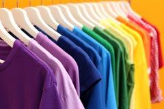Roupa do arco-íris em ganchos fotos de stock royalty free