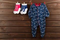 Roupa do bebê & x28; sleepsuit e socks& x29; suspensão no clotheslin imagem de stock royalty free