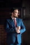 A roupa do homem de negócios corrige o escritório fotos de stock