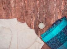 Roupa do inverno Forma clara bonita das senhoras em um fundo de madeira fotos de stock