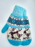 Roupa do inverno, mitenes do knitte na neve imagens de stock