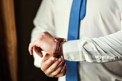 Roupa do pulso de disparo do homem de negócios, homem de negócios que verifica o tempo em seus wris Fotos de Stock Royalty Free