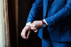 Roupa do pulso de disparo do homem de negócios, homem de negócios que verifica o tempo em seus wris Foto de Stock