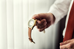 Roupa do pulso de disparo do homem de negócios, homem de negócios que verifica o tempo em seus wris Imagem de Stock