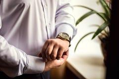 Roupa do pulso de disparo do homem de negócios, homem de negócios que verifica o tempo em seus wris Fotografia de Stock Royalty Free