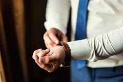 Roupa do pulso de disparo do homem de negócios, homem de negócios que verifica o tempo em seus wris Imagem de Stock Royalty Free