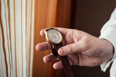 Roupa do pulso de disparo do homem de negócios, homem de negócios que verifica o tempo em seus wris Fotografia de Stock