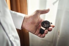 Roupa do pulso de disparo do homem de negócios, homem de negócios que verifica o tempo em seus wris Imagens de Stock Royalty Free