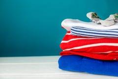 Roupa do ` s das crianças empilhada em uma pilha Conceito dos neonatos, maternidade, cuidado, estilo de vida fotografia de stock royalty free