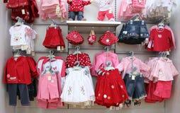 Roupa dos bebês na loja Foto de Stock
