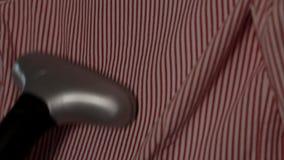 Roupa dos ferros pelo ferro de vapor vídeos de arquivo