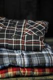 a roupa dos homens à moda, camisas dobrou-se em uma pilha Fotos de Stock Royalty Free