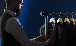 A roupa dos homens, comprando nos boutiques Alfaiate, costurando Terno à moda do ` s dos homens O terno dos homens, alfaiate em s imagem de stock