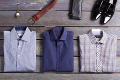 A roupa dos homens marcados superiores fotografia de stock