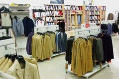 Roupa dos homens na loja Fotografia de Stock