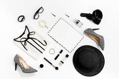 Roupa e acessórios à moda das mulheres da forma preto e branco Fotografia de Stock