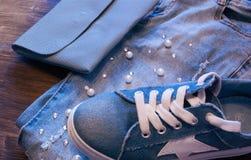 Roupa e acessórios do ` s das mulheres Calças de brim, bolsa e sapatas Imagens de Stock