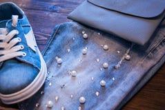 Roupa e acessórios do ` s das mulheres Calças de brim, bolsa e sapatas Fotos de Stock