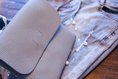 Roupa e acessórios do ` s das mulheres Calças de brim, bolsa e sapatas imagens de stock royalty free