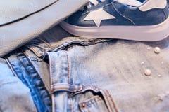 Roupa e acessórios do ` s das mulheres Calças de brim, bolsa e sapatas Fotografia de Stock Royalty Free