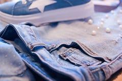Roupa e acessórios do ` s das mulheres Calças de brim, bolsa e sapatas imagem de stock