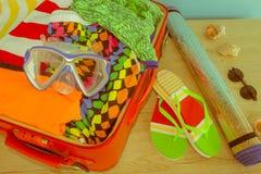 Roupa e acessórios do ` s das mulheres na mala de viagem preta Abra a mala de viagem embalada viajando Fotos de Stock