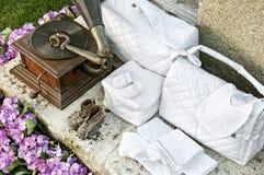 Roupa e gramofone do bebê do vintage Fotografia de Stock