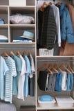 Roupa e material à moda da casa no grande vestuário fotografia de stock