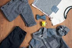 A roupa e os acessórios das crianças lisas da configuração Fotografia de Stock