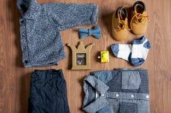 A roupa e os acessórios das crianças lisas da configuração Fotografia de Stock Royalty Free